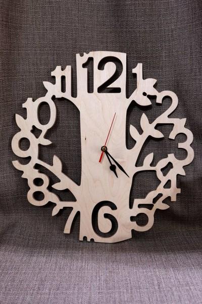 Koka sienas pulkstenis