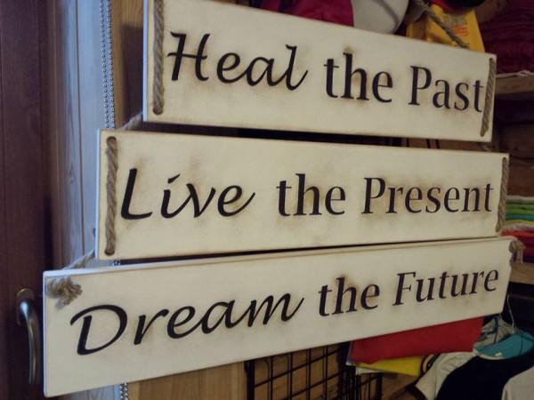 """Koka plāksne """"Pagātne, Tagadne, Nākotne"""""""
